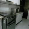 Cozinha com armários já reformados.