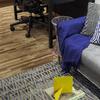 Detalhe do sofá da Sala de Estar Integrada com Home Office