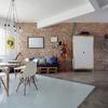 Sala de Jantar Moderna e Contemporânea com parede de tijolinhos
