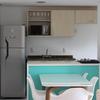 Iluminação da sala e móveis da cozinha