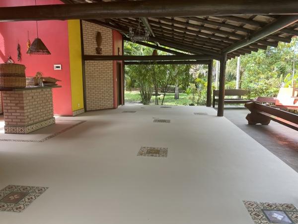 Posso aplicar resina a base de solvente no piso de uma varanda??