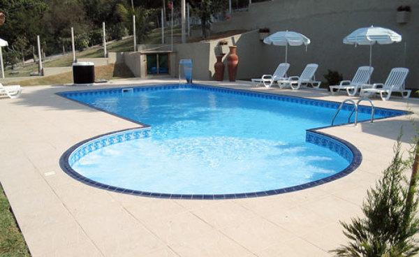 Onde sao colocados os dispositivo de retorno desse modelo de piscina?