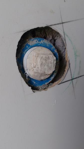 A saída de ponto de água deve ficar paralelas com a cerâmica da parede?