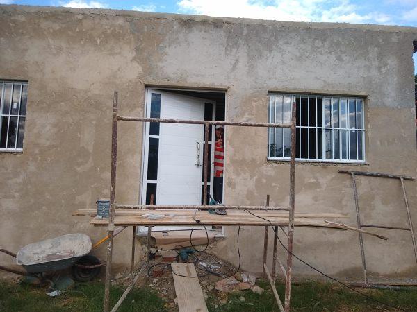 Como melhorar a estética dessa fachada que não tem beiral?
