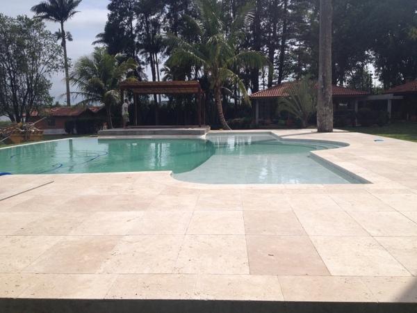 Qual o melhor piso para uma piscina na praia?