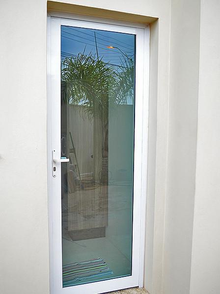 Posso colocar uma porta como essa em parede de drywall?