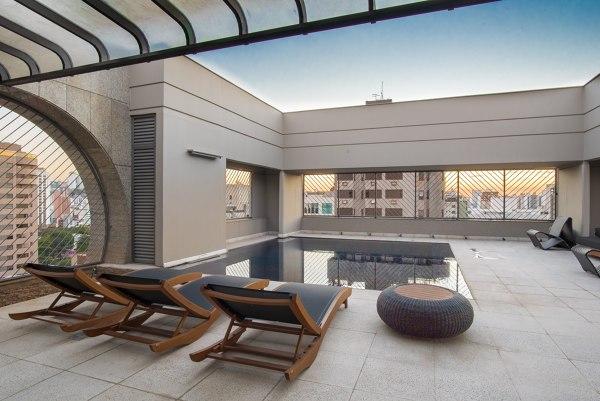 Qual piso utilizado na área da piscina?