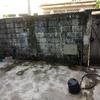 Colocar portão de madeira, reforço estrutural do muro e colocar viga