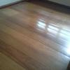 Encerar e dar brilho a piso de tabua de madeira